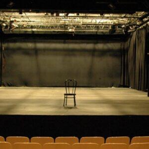 teatro vuoto futuro società del distanziamento
